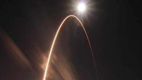 Eine Atlas-V-Rakete der United Launch Alliance hebt vom Startkomplex 41 der Cape Canaveral Air Force Station ab.