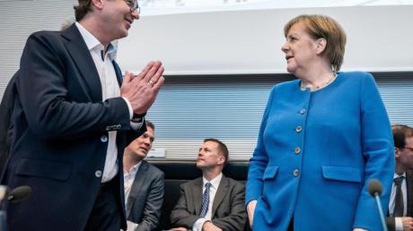 Aus Vorsicht vor Coronavirus: CSU-Politiker Alexander Dobrindt gibt Bundeskanzlerin Angela Merkel nicht die Hand, sondern begrüßt sie mit gefalteten Händen.