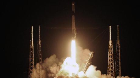 Eine SpaceX Falcon-9-Rakete startet in Cape Canaveral in Florida zur ISS - mit dem privaten «Dragon»-Raumfrachter.