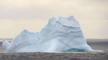 Ein Eisberg in der Antarktis. Am Nordpol steigen die Temperaturen.