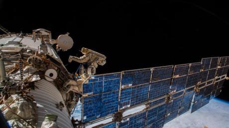 Die Kosmonauten Oleg Germanowitsch Artemjew und Sergei Walerjewitsch Prokopjew bringen bei einem knapp siebenstündigen Einsatz eine Antenne an der Außenhülle der ISS an.