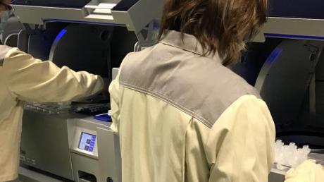 Im Kampf gegen die Corona-Krise stellt der Pharmakonzern Bayer Geräte und Personal für die Diagnostik zur Verfügung.