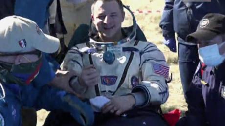 Videostandbild des US-Astronauten Andrew Morgan kurz nach der Landung der russischen Raumkapsel Sojus MS-15 in der Steppe von Kasachstan.