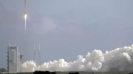 Eine Atlas-V-Rakete bringt den unbemannten Raumgleiter X-37B von Cape Canaveral aus ins All.
