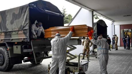 Ein bedrückendes und jetzt schon historisches Bild: In Bergamo und der Lombardei im Norden Italiens gibt es derart viele Tote, dass die Särge mit Militärfahrzeugen abtransportiert werden müssen.