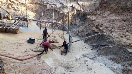 «Garimpeiros», illegale Goldgräber, haben im brasilianischen Bundesstaat Pará Schneisen in den Regenwald geschlagen und sich tief in die Erde gegraben.