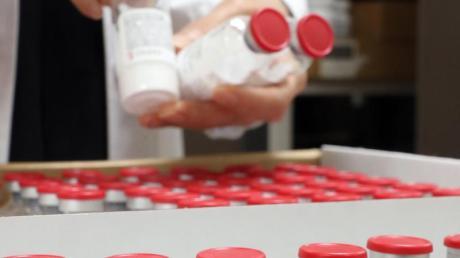 Ein medizinischer Mitarbeiter überprüft am Seoul National University Hospital Flaschen des antiviralen Medikaments Remdesivir.