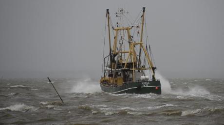 Ein Fischkutter fährt vor Dagebüll über die sturmgepeitschte Nordsee. Greenpeace sorgt sich um die Ökosysteme in Nord- und Ostsee.