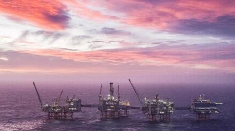 Der Himmel erleuchtet in lila und pink hinter dem Johan Sverdrup Ölfeld in der Nordsee.