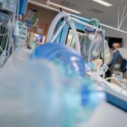 Dieser Corona-Patient auf der Intensivstation des Krankenhauses Bethel in Berlin liegt im künstlichen Koma und wird beatmet.