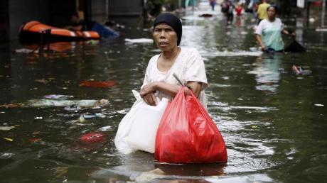 Monsunregen und steigende Flüsse überfluteten Teile des Großraums Jakarta. Die Regenfälle, die am Neujahrstag begonnen hatten, waren nach Angaben der Behörden die heftigsten seit 1866.