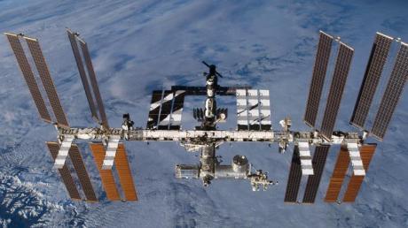 Die Internationale Raumstation (ISS) in der Erdumlaufbahn.