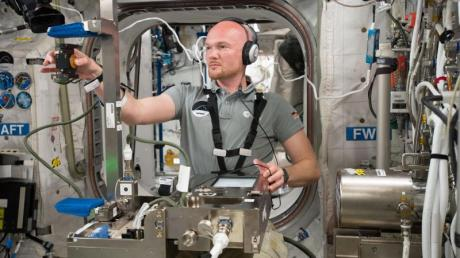 Der deutsche Astronaut Alexander Gerst führt ein Experiment auf der Internationalen Raumstation ISS durch.