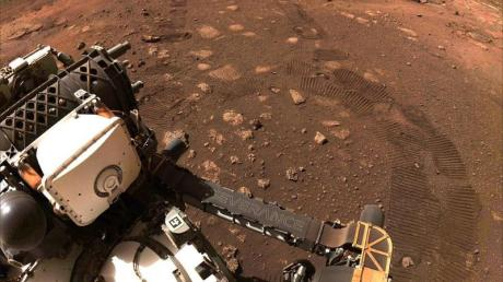 Der Rover «Perseverance» fährt am 4. März erstmal über den Mars.