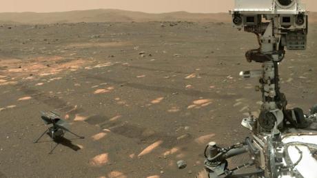 Der Nasa-Rover «Perseverance» (r) neben dem Mini-Hubschrauber «Ingenuity» auf dem Mars.