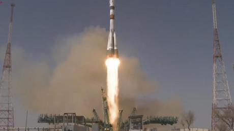 Eine Sojus-2.1a-Trägerrakete hebt mit dem Raumschiff Sojus MS-18 vom Kosmodrom Baikonur in Kasachstan ab.