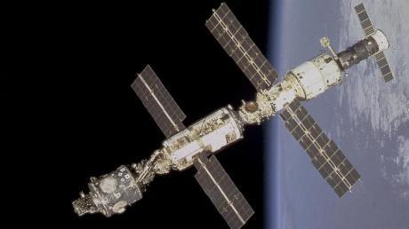 Das Bild der Internationalen Raumstation in der Umlaufbahn wurde vom Space Shuttle Endeavour vor dem Andocken aufgenommen.