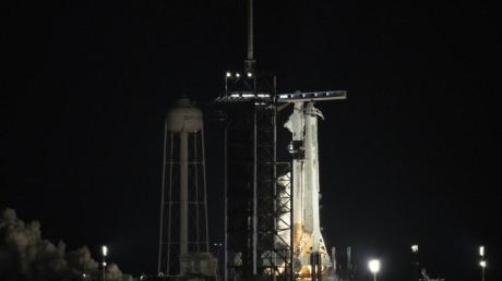Eine Falcon-9-Trägerrakete mit dem «Crew Dragon» während eines kurzen Feuertests.