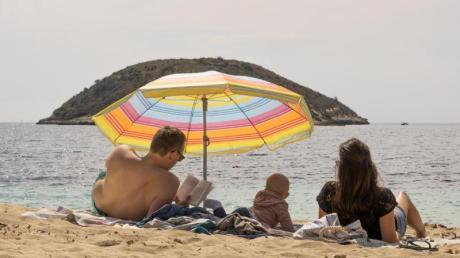 Psychologinnen und Psychologen befürchten, Freiheiten für Geimpfte und Genesene könnten zu Neid und Unzufriedenheit bei jenen führen, für die weiterhin Einschränkungen gelten - als besonders heikel sehen sie das Thema Urlaub.