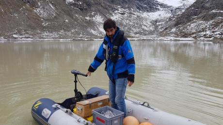 Michael Plüss, Techniker der Eawag-Abteilung Oberflächengewässer, installiert eine Thermistorenkette auf dem Steisee.